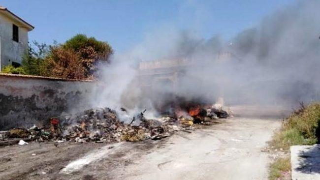 FOTO. In fiamme i rifiuti vicino alle case-vacanze - CasertaCE