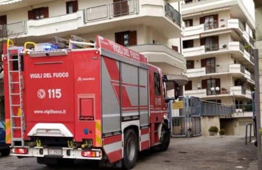 LA FOTO. CASERTA. Incendio in un parco su via Laviano, vigili del fuoco sul posto - CasertaCE