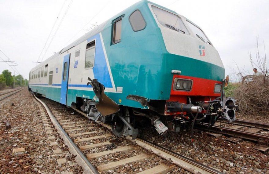 CASERTACE - Carrozza del treno deraglia, terrore tra i pendolari