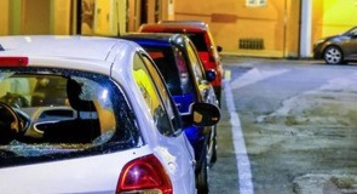 Notte di follia, decine di auto danneggiate davanti a un locale - CasertaCE