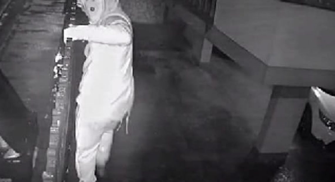 CASERTACE - LA FOTO. Il ladro acrobata entra in casa salendo sul palo della luce e si porta via 5 mila euro