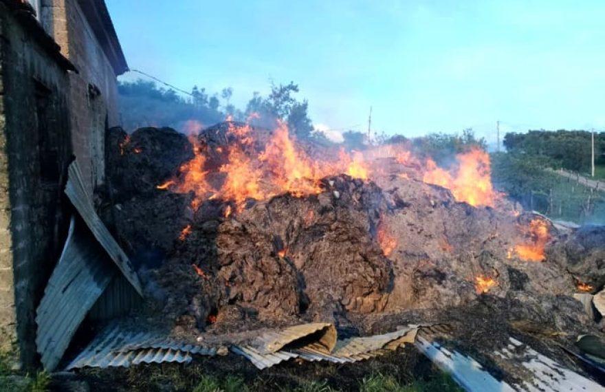 CASERTACE - LA FOTO. Terribile incendio nella notte, fiamme nel capannone